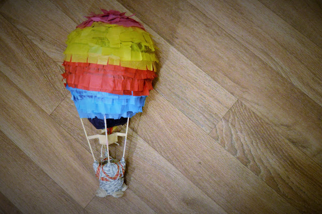 Finished balloon with multicoloured layers and basket.