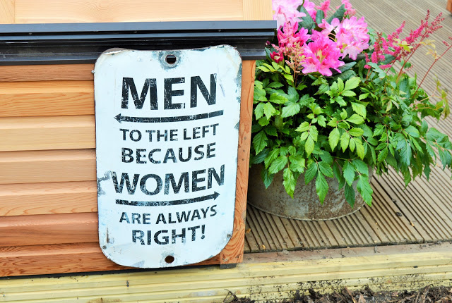 A sign reading 'Men to the lieft because women are always right'